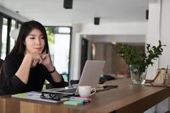 Работа коммерсантки с компьтер-книжкой на офисе startup владелец бизнеса Стоковые Изображения