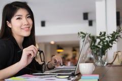 Работа коммерсантки с компьтер-книжкой на офисе startup владелец бизнеса Стоковая Фотография RF