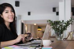 Работа коммерсантки с компьтер-книжкой на офисе startup владелец бизнеса Стоковые Фотографии RF