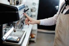 Работа кофе-машиной Стоковые Фото