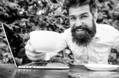 Работа кофе напитка более быстро Работник бородатого человека независимый r r Онлайн блог стоковая фотография rf