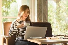 Работа красивой молодой подростковой женщины независимая с компьтер-книжкой имеет co стоковое изображение rf