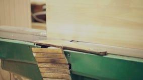 Работа круглой пилы плотника видеоматериал