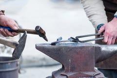 Работа кузнеца с металлом огнем Стоковые Изображения RF