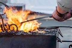 Работа кузнеца с металлом огнем Стоковые Фото