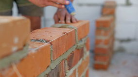 Работа кладет кирпичи на строительную площадку сток-видео