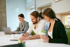 Работа людей, встречая в офисе Стоковые Изображения RF