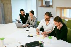 Работа людей, встречая в офисе Стоковые Изображения