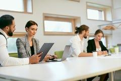 Работа людей, встречая в офисе Стоковое Изображение
