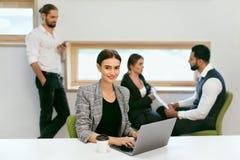 Работа людей, встречая в офисе Стоковое Фото