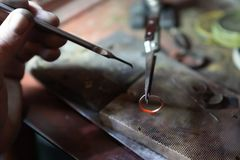 Работа мастера, ювелир Ремонтная мастерская ювелирных изделий Производство ювелирных изделий стоковое изображение rf