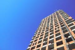 Работа места строительной конструкции против неба син Стоковые Фотографии RF