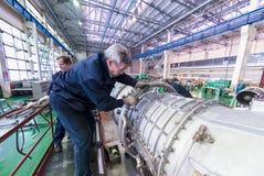Работа механиков над собранием двигателя авиации Стоковые Фотографии RF