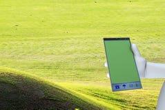 Работа на большом мобильном телефоне Стоковая Фотография RF