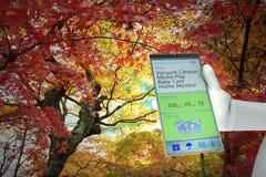 Работа на большом мобильном телефоне Стоковые Фотографии RF