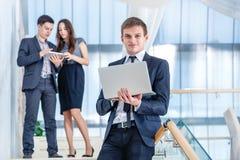 Работа на обеде Молодой и успешный бизнесмен стоя на Стоковое Изображение
