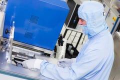 Работа на системах ALD в высокотехнологичной чистой комнате стоковая фотография rf