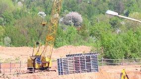 Работа на строительной площадке Кран конструкции двигает структуры здания видеоматериал