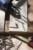 Работа дома Diy с электрической гайкой сверлить и skrew на деревянном worki стоковые фотографии rf