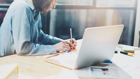 Работа отростчатая в современном офисе Главный бухгалтер молодой женщины работая на деревянной таблице с новым запуском дела Запи Стоковое Изображение RF