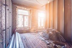 Работа отростчатая устанавливать окна pvc и рамки металла для штукатурной плиты - инструменты гипсокартона и конструкции в комнат стоковое фото