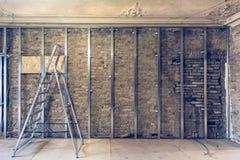 Работа отростчатая устанавливать рамки металла для гипсокартона штукатурной плиты для делать стены гипса с лестницей и инструмент Стоковые Изображения