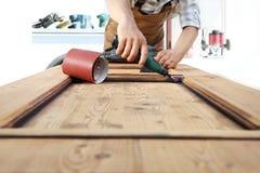 Работа плотника древесина с роторным инструментом Стоковые Фото