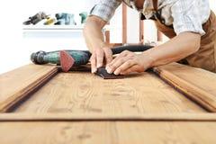 Работа плотника древесина с шкуркой Стоковое фото RF