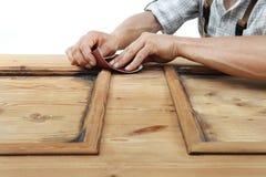 Работа плотника древесина с шкуркой Стоковое Изображение RF