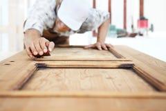 Работа плотника древесина с шкуркой Стоковые Фото