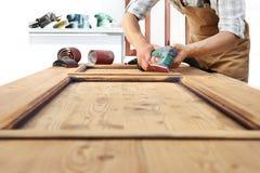 Работа плотника древесина с шлифовальным прибором Стоковые Изображения RF
