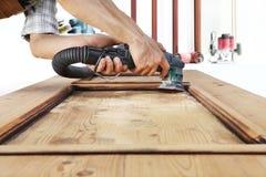 Работа плотника древесина с шлифовальным прибором Стоковые Изображения