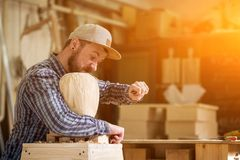 Работа плотника с деревянным Стоковые Фото