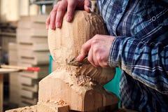 Работа плотника с деревянным Стоковые Изображения