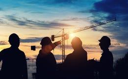Работа положения инженера силуэта на конструкции Стоковая Фотография