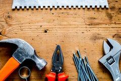 Работа построителя при профессионал ремонтируя инструменты установила на woode стоковые изображения