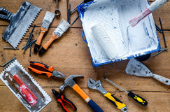 Работа построителя при профессионал ремонтируя инструменты установила на деревянное взгляд сверху предпосылки стоковая фотография