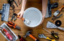 Работа построителя при профессионал ремонтируя инструменты установила на деревянное взгляд сверху предпосылки стоковое фото