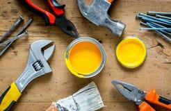 Работа построителя при профессионал ремонтируя инструменты установила на деревянное взгляд сверху предпосылки стоковые фотографии rf