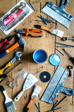 Работа построителя при профессионал ремонтируя инструменты установила на деревянное взгляд сверху предпосылки стоковые изображения