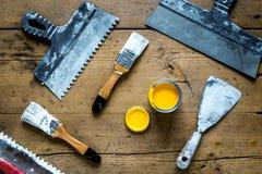 Работа построителя при профессионал ремонтируя инструменты установила на деревянное взгляд сверху предпосылки стоковое фото rf