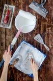 Работа построителя при профессионал ремонтируя инструменты установила на деревянное взгляд сверху предпосылки стоковые фото