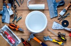 Работа построителя при профессионал ремонтируя инструменты установила на деревянное взгляд сверху предпосылки стоковая фотография rf
