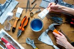 Работа построителя при профессионал ремонтируя инструменты установила на деревянное взгляд сверху предпосылки стоковые изображения rf