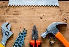 Работа построителя при профессионал ремонтируя инструменты установленные на деревянную насмешку взгляд сверху предпосылки вверх стоковое фото rf