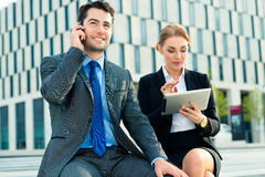 Работа предпринимателей внешняя с планшетом Стоковое Фото