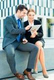 Работа предпринимателей внешняя с планшетом Стоковая Фотография