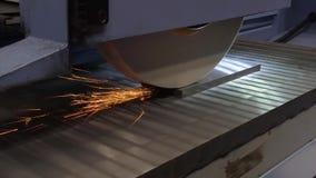 Работа промышленного поверхностного шлифовального станка Молоть плоской части металла сток-видео