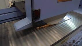 Работа промышленного поверхностного шлифовального станка Молоть плоской части металла видеоматериал