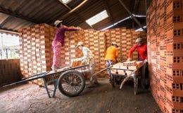 Работа работников в печах для обжига кирпича в сельской местности Стоковые Фотографии RF
